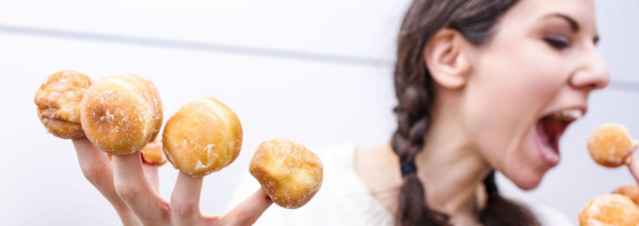 Petra met roomsoesjes op haar vingers